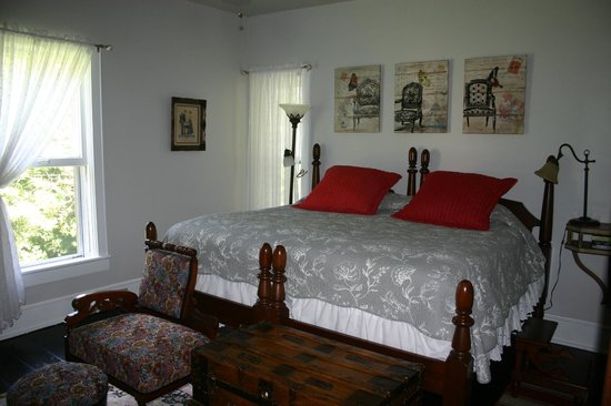 Turtle Hill Bed and Breakfast: Gray Room King Bed