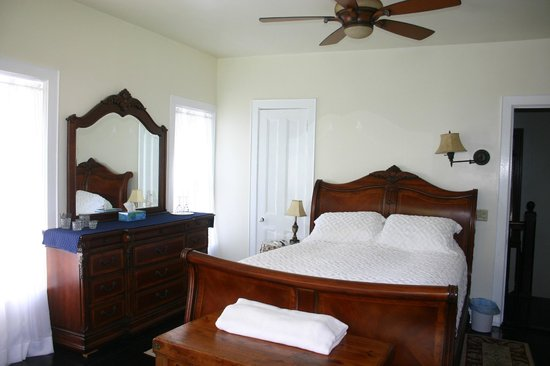 Turtle Hill Bed and Breakfast: Ivory Room - Queen Bed