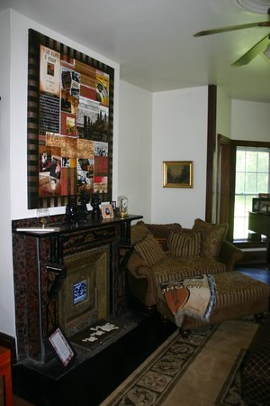 Turtle Hill Bed and Breakfast: Living Room / Common Room