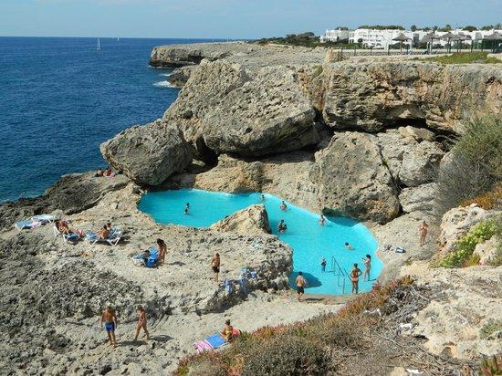 Gavimar La Mirada Club Resort : pool in nearby rocks