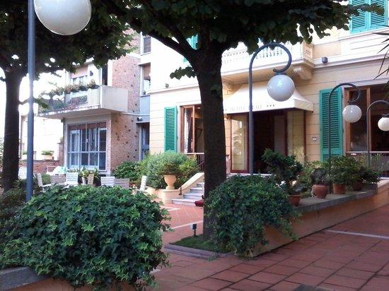 Hotel Reale: ecco l'ingresso col giardino e dietro la piscina