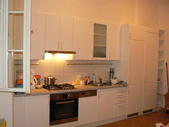 Charles Bridge Apartments: Кухня, напротив - двухспальная кровать.
