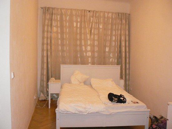 Charles Bridge Apartments: Спальня, в ней есть ещё большой комод.