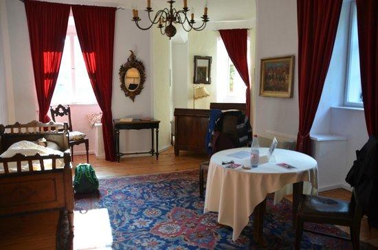Hotel Schloss Eggersberg: The outer room where we stuck the kids
