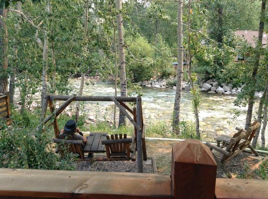 Rocky Fork Inn: Swing overlooking the creek
