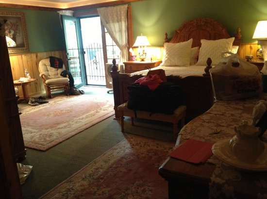 Rocky Fork Inn: Spacious room, caringly decorated