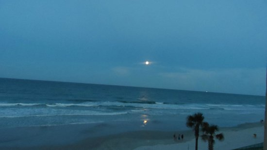 Beachside Motel: Moon rise as seen from our balcony