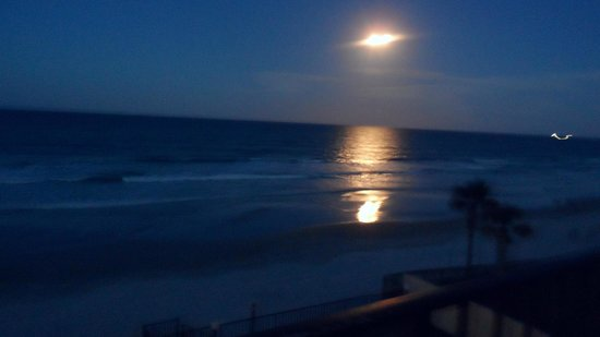 Beachside Motel: Another pic of moonrise from our balcony