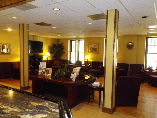 Beacon Hotel Oswego: Breakfast seating area