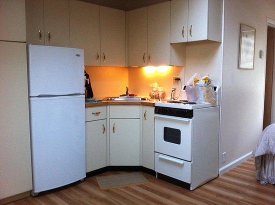 Jamesport Bay Suites : Studio kitchen - very clean!