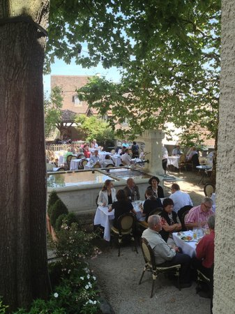 brasserie au violon: the outside eating/dining area