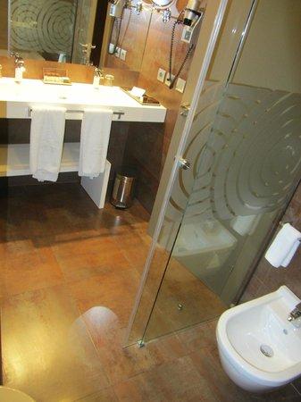 Gran Hotel Las Caldas: aquí se aprecia mejor el banco blanco bajo el lavabo