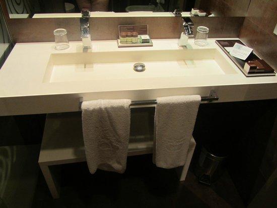 Gran Hotel Las Caldas: Debajo del gran lavabo un buen banco de madera para sentarse muy bueno y practico.