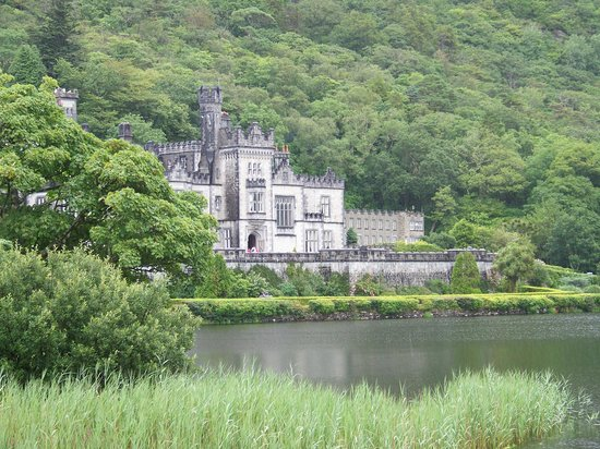 Leenane Hotel: Kylemore Abbey, walled garden, restaurant and gift shop.