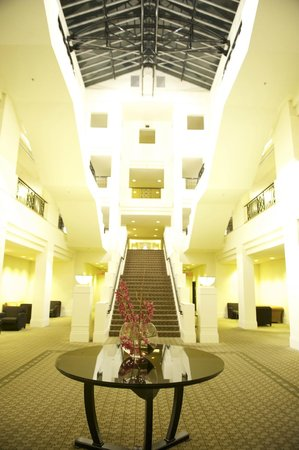 Hyatt Hotel Canberra: Central Hallway