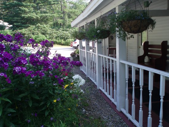 Cranmore Mountain Lodge Bed and Breakfast: The front porch