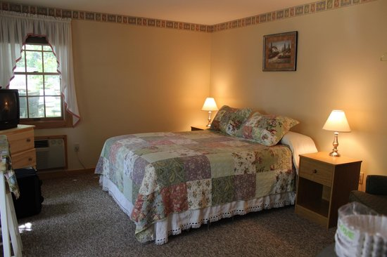 Hanscom's Motel & Cottages: the beautiful quilts on the beds