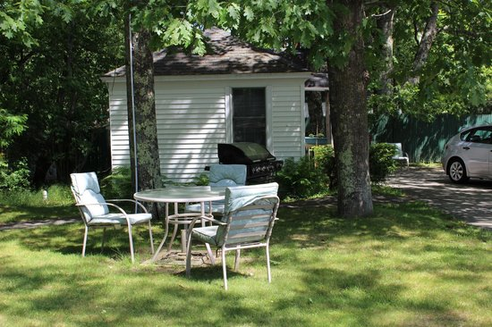 Hanscom's Motel & Cottages: Each cottage has a outdoor grill and patio table