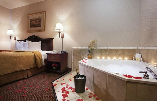 Quality Inn & Suites Near University: King Jacuzzi Room