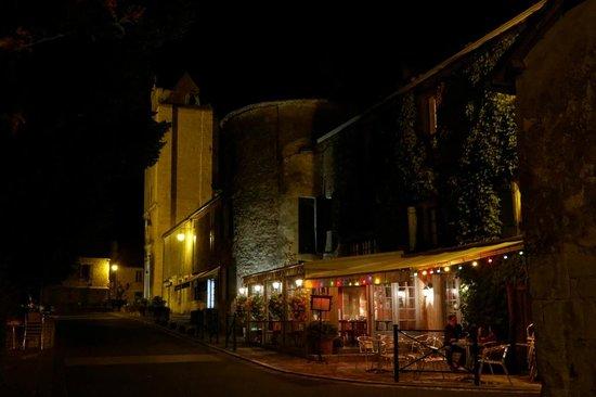 Bistro D'en Face: Depuis la rue principale, la nuit.