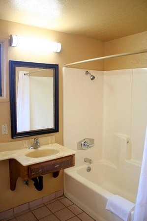 Pacific Inn and Suites : Bathroom