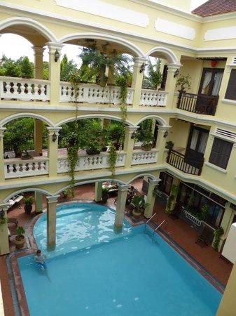 Thuy Duong 3 Hotel : vue du patio interieur avec piscine
