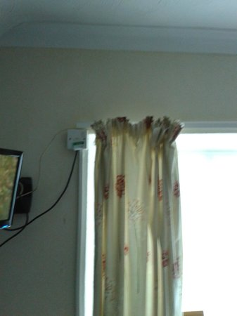 Daish's Hotel: can someone hang these curtains better ?