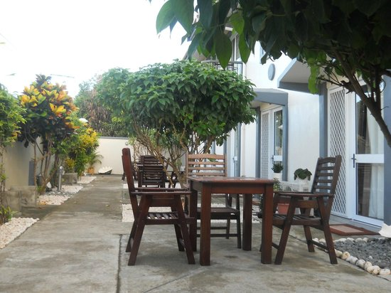 Sanalae Apartments : Garden area outstide downstairs units