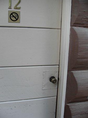 Big Sur River Inn : door with metal nailed around handle