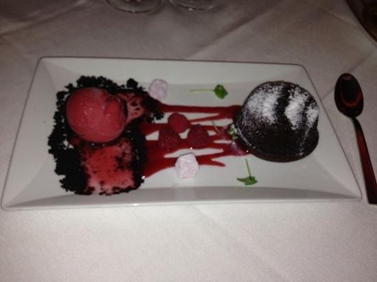 The View Restaurant & Bay Bar : flame al cioccolato con gelato fragola