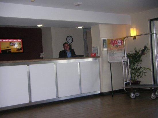 Red Roof Plus+ Miami Airport: David, funcionário da recepção