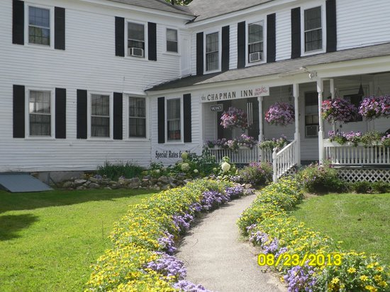Chapman Inn: Lovely front walk and porch