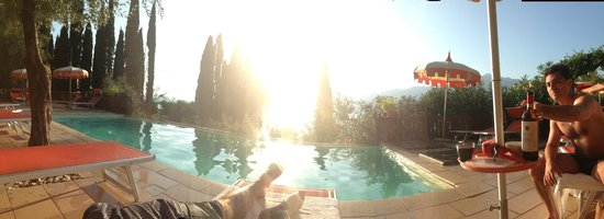 Gardasee Apartments: Sonnenuntergang am Pool