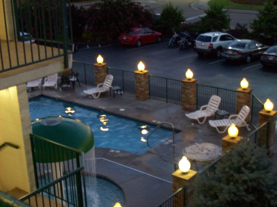 Park Grove Inn: Evening at the pool.