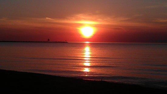 Scott's Superior Inn & Cabins: Sunset at Scott's Superior Inn Beach