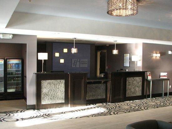 Holiday Inn Express Hotel & Suites North Fremont : FRONT DESK