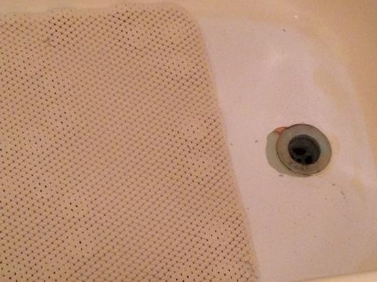 Parkway Inn : bathtub nice lol