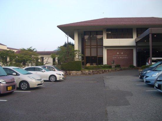 Cottage Swiss Village : 青山ホテル玄関