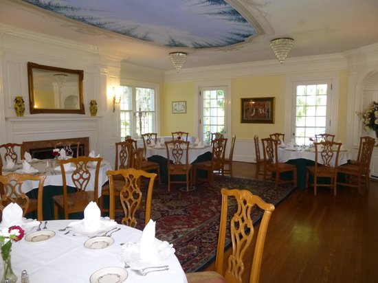 The Clark House On Hayden Lake: big dining room