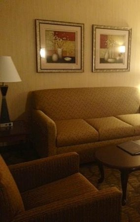 Best Western San Dimas Hotel & Suites: sitting are with pull out sofa.