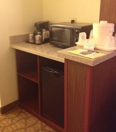 Best Western San Dimas Hotel & Suites: Refridgerator and micrwave.