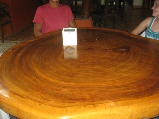 Il Pepperone: beautiful tree trunk table