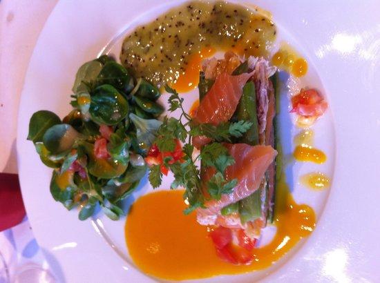 Taverne Du Commerce: Saumon mariné et chair de tourteau sauce agrumes et kiwi