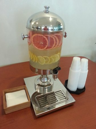 SpringHill Suites San Antonio Downtown/Alamo Plaza : Tasty Water Station in Lobby