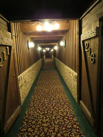 Don Q Inn: Hotel hallway