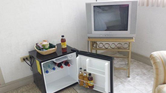 Hotel Lun Fun Manta: fridge / tv