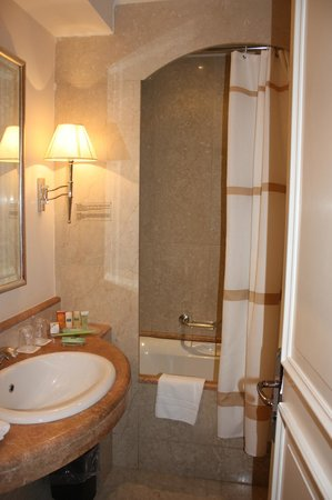 Courtyard by Marriott Rome Central Park: Small, but  lovely bathroom