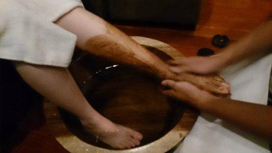 South Sea Sanctuary: 腳部磨砂及按摩: 以咖啡粉去掉老舊角質層。