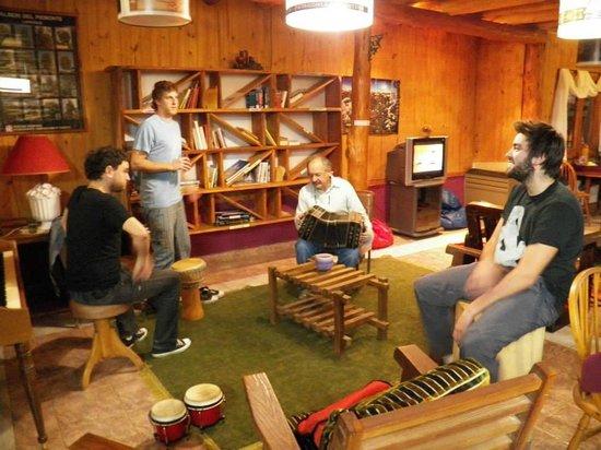 La Camorra Hostel : Don Eduardo tocando un tango con el acordeon