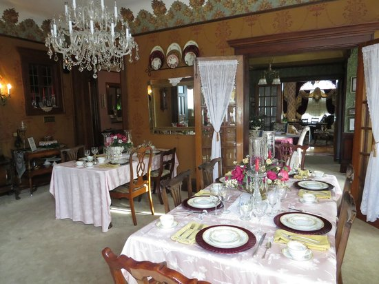 Schuster Mansion Bed & Breakfast: Dining room